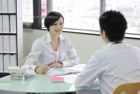上司とミーティングをするビジネスウーマンの写真素材 [FYI00119253]