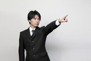 遠くを指さし見つめるビジネスマンの素材 [FYI00119254]