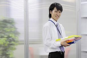 ファイルを抱える新入社員の写真素材 [FYI00119256]