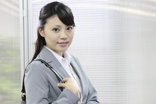 カバンを肩にかける若いビジネスウーマンの素材 [FYI00119261]
