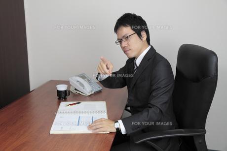 指示を出すビジネスマンの写真素材 [FYI00119269]