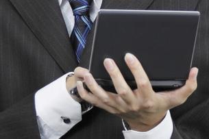 電子手帳を操作する手元の素材 [FYI00119270]