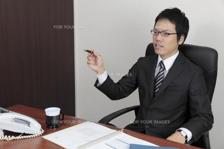 部下に指示を出すビジネスマンの写真素材 [FYI00119271]