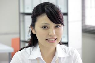 笑顔のさわやかなビジネスウーマン アップの素材 [FYI00119272]