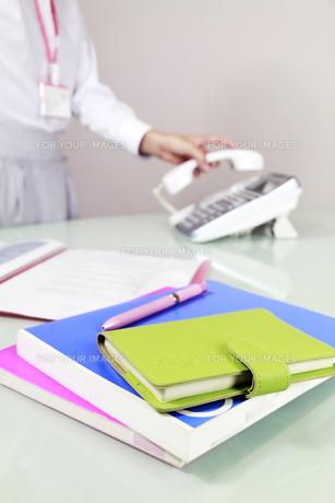 オフィス風景 電話をとる女性の写真素材 [FYI00119274]