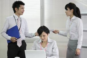 上司から書類を受け取る若いビジネスウーマンの写真素材 [FYI00119279]