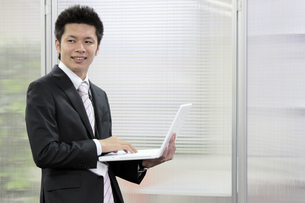 ノートパソコンを開くビジネスマンの写真素材 [FYI00119282]