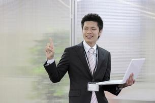ノートパソコンを開く若いビジネスマンの写真素材 [FYI00119283]
