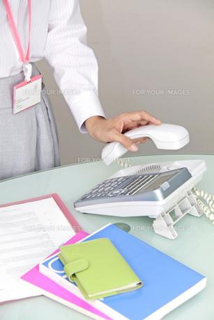 オフィス 電話をとる女性の手元の写真素材 [FYI00119290]