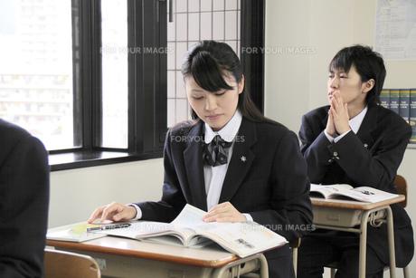 授業を受ける女子高生の写真素材 [FYI00119313]