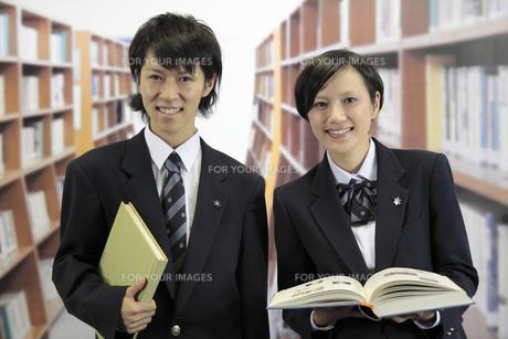 図書室の男子高生と女子高生の写真素材 [FYI00119320]