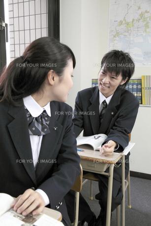 授業中 振り向いて話しをする女子高生の写真素材 [FYI00119322]