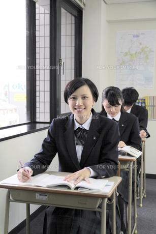 授業風景 笑顔の女子高生の写真素材 [FYI00119337]