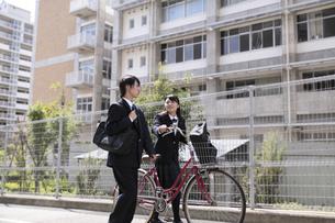 自転車で登校する高校生の素材 [FYI00119379]