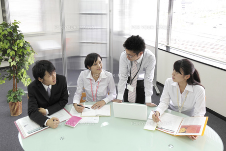 オフィス ミーティングをする社員たちの素材 [FYI00119389]
