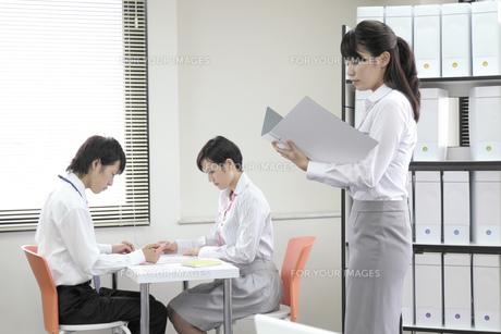 オフィス風景 ビジネスマンとビジネスウーマンの素材 [FYI00119390]