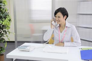 電話をかける若いビジネスウーマンの写真素材 [FYI00119402]