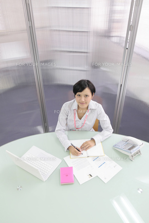 オフィス デスクワークをするビジネスウーマンの写真素材 [FYI00119408]