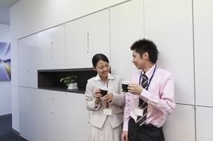 休憩中のビジネスマンたちの写真素材 [FYI00119409]