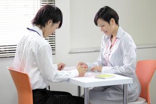 テーブルでミーティングをする若い社員の素材 [FYI00119411]