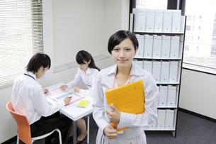 オフィス風景  微笑むビジネスウーマンの素材 [FYI00119421]