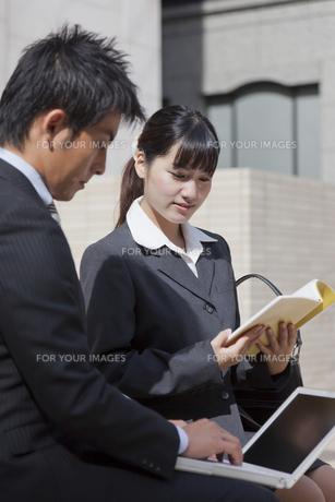 屋外 打ち合わせを始める上司と部下の素材 [FYI00119429]