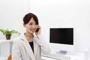 スマートフォンで電話をするビジネスウーマンの写真素材 [FYI00119433]