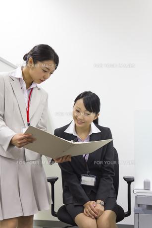 資料を確認するビジネスウーマンの写真素材 [FYI00119436]