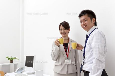 コーヒーカップを手に休憩をとるビジネスマンたちの写真素材 [FYI00119439]