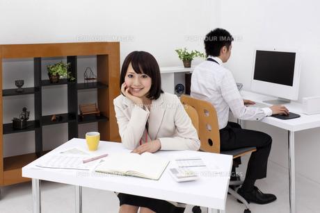 ほおづえをつく笑顔の若いビジネスウーマンの素材 [FYI00119443]