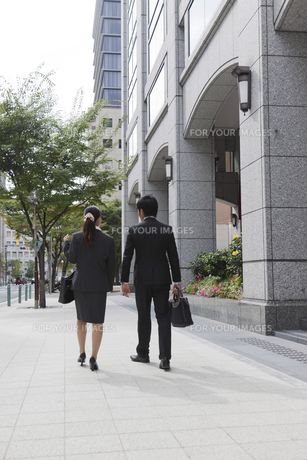 オフィス街を歩いているビジネスマンとビジネスウーマンの素材 [FYI00119444]