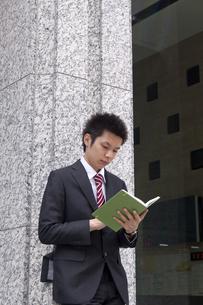 屋外 手帳を確認するビジネスマンの素材 [FYI00119445]