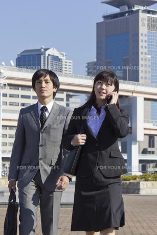 屋外 携帯電話で話す若いビジネスウーマンの素材 [FYI00119455]
