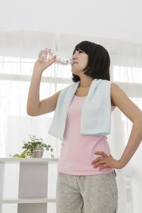 ゴクゴクと水を飲む女性の写真素材 [FYI00119498]
