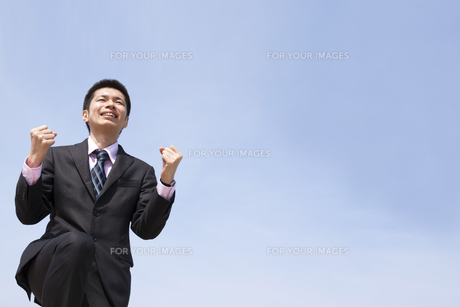 青空の下でやる気あふれるビジネスマンの素材 [FYI00119519]