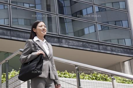 オフィス街を歩くビジネスウーマンの素材 [FYI00119537]
