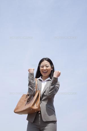 笑顔でガッツポーズをする若いビジネスウーマンの素材 [FYI00119541]