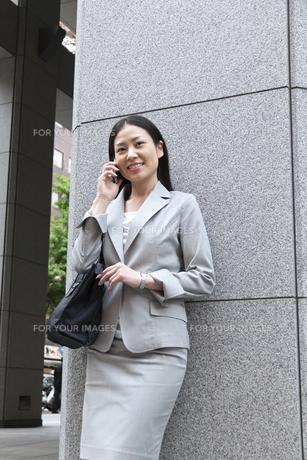 オフィス街で電話をするビジネスウーマンの素材 [FYI00119560]