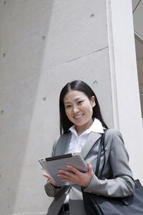 iPadを操作するビジネスウーマンの素材 [FYI00119566]