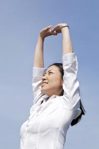 伸びをする若い女性の素材 [FYI00119569]