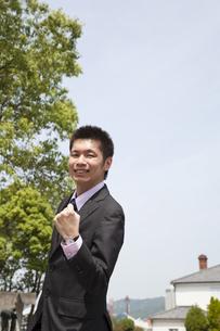 笑顔でガッツポーズをするビジネスマンの素材 [FYI00119571]