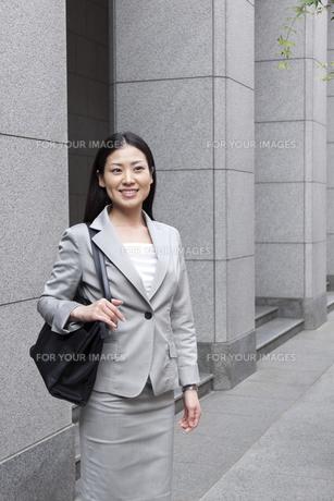 オフィス街を歩くビジネスウーマンの素材 [FYI00119574]