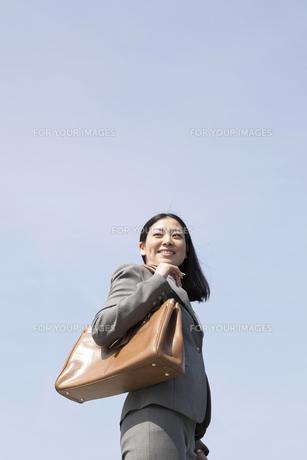 屋外のさわやかなビジネスウーマンの素材 [FYI00119576]
