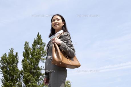 屋外を颯爽と歩くビジネスウーマンの素材 [FYI00119577]