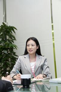 ミーティングをするビジネスウーマンの写真素材 [FYI00119581]