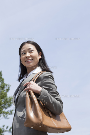 笑顔で歩く若いビジネスウーマンの素材 [FYI00119582]
