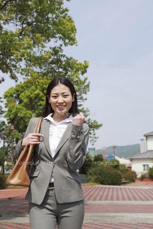 笑顔でガッツポーズをするビジネスウーマンの素材 [FYI00119583]