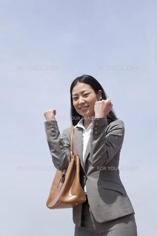 両手でガッツポーズをするビジネスウーマンの素材 [FYI00119589]