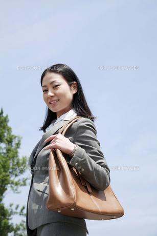 颯爽と歩くビジネスウーマンの素材 [FYI00119590]