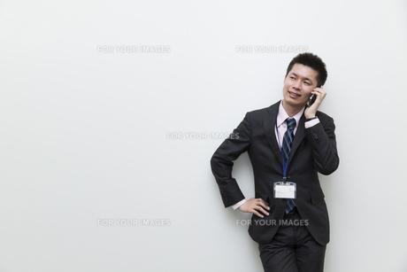 スマートフォンで電話をするビジネスマンの素材 [FYI00119591]
